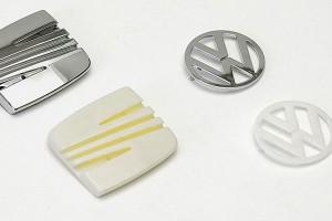 Emblemas cromados de marcas de coches fabricados en la fábrica de Plásticos Llorens de Barcelona.